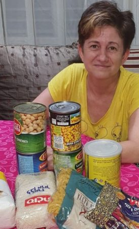 Ukrainian immigrant in Israel receives grocery delivery from Israel Relief Aid