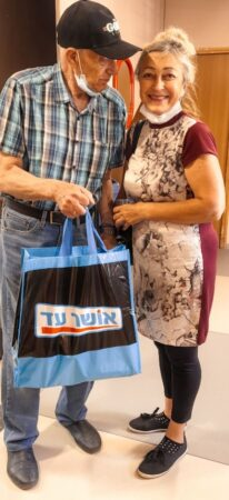 Israeli Arab gives grocery bag to impoverished Jewish woman