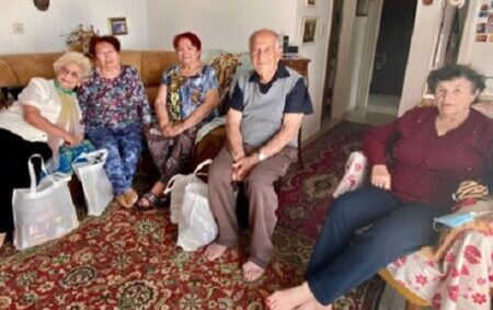 Holocaust-Survivors-receive-Israel-Relief-Aid-grocery-bags-for-Yom-HaShoah-2021